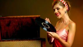 Retro- Frau mit Musikvinylaufzeichnung Retro- weibliche Art Pin-oben Stockfoto