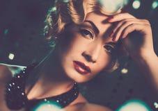 Retro- Frau mit schöner Frisur Lizenzfreie Stockfotografie