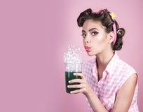 Retro- Frauengetränk-Sommercocktail Pinupmädchen mit dem Modehaar Vollkommene Hausfrau Stift herauf Frau mit modischem Make-up stockfoto