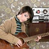 Retro- Frauenmusiker-Gitarrenspielerweinlese Stockbild