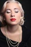 Retro Frauenporträt mit den roten Lippen und blond Lizenzfreies Stockbild