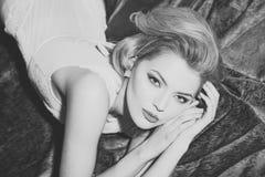 retro frisyr nätt retro kvinna Arkivfoton