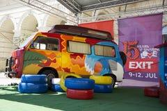 Retro furgoncino variopinto del festival 2015 dell'USCITA nel centro urbano di N Fotografie Stock Libere da Diritti