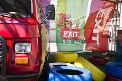 Retro furgoncino variopinto del festival 2015 dell'USCITA nel centro urbano di N Immagine Stock