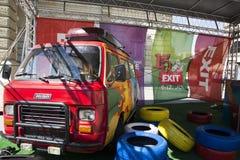 Retro furgoncino variopinto del festival 2015 dell'USCITA nel centro urbano di N Immagine Stock Libera da Diritti