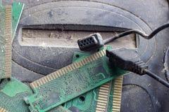 Retro gamepad, controlemechanisme en spelconsole behandelde vith vuil en stof Verouderd en verouderd technologieënconcept stock foto's