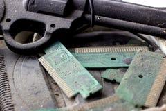 Retro- gamepad, Prüfer und Spielkonsole bedeckten vith Schmutz und Staub lizenzfreie stockfotos