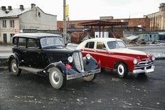 Retro gammal bil Volga GAZ - M1 och GAZ - M-20 seger` för `, Fotografering för Bildbyråer
