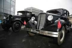 Retro gammal bil Volga GAZ - M1 och GAZ - motorförbundet, den berömda `-polutorka`en, Fotografering för Bildbyråer
