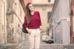 Retro gammal stadsgata ut ur fokusunga flickan som utomhus poserar su Royaltyfri Bild