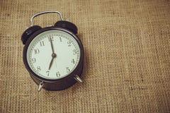 Retro gammal tillbaka klockaklockatid på `-klockan för nolla 7 Arkivbilder