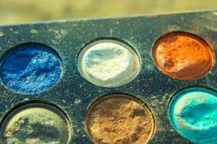 Retro gammalt tappningfoto av pallettesminket, 60-tal70-talmode, blått, vit, ljust makroslut upp Arkivfoto