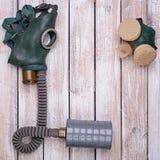 Retro gasmask och respirator på trätabellen Royaltyfri Bild