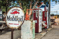 Retro gaspumpar och en rostiga Mobiloil undertecknar på historiska Route 66 Arkivfoto