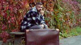 Retro gebaarde mens in het de herfstpark Portret retro gestileerde jonge mens over de herfst geweven achtergrond Portret van jong stock footage
