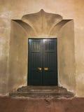 Retro gedetailleerde houten deuren en buitensporige muur en stappen Stock Afbeeldingen