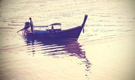Retro- gefiltertes Bild eines Bootes auf dem Krabi-Fluss Lizenzfreies Stockfoto
