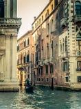 Retro Gefiltreerde Gondelier van Venetië Grand Canal Stock Fotografie