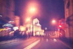 Retro gefiltreerde stadsverkeerslichten in motieonduidelijk beeld Stock Fotografie