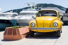Retro- gelbes Auto lizenzfreie stockfotografie