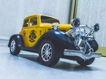 Retro gele auto Stock Foto