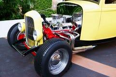 Retro gele auto oude glanzende dichte omhooggaand royalty-vrije stock foto