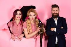 Retro gelukkige vrouwen en man greepfazant Gek paar op roze Halloween vegetariër Creatief idee Vogelgriep grappig royalty-vrije stock afbeeldingen