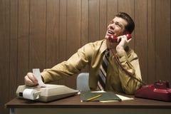 Retro- Geschäftsszene des Mannes am Schreibtisch. stockbilder
