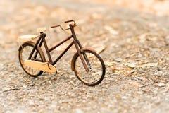 Retro gestileerd beeld van een houten model van de de 19de eeuwfiets op een aardachtergrond stock afbeeldingen