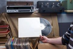 Retro gestileerd beeld van een inzameling van oud vinylverslag lp ` s met kokers op een houten achtergrond Het doorbladeren vinyl Royalty-vrije Stock Fotografie
