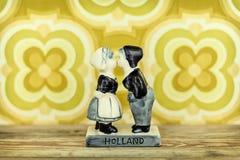 Retro gestileerd beeld van een Nederlandse herinnering met het kussen van jongen en meisje Royalty-vrije Stock Fotografie