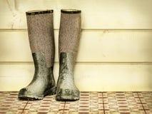 Retro gestileerd beeld van een oud paar laarzen stock afbeeldingen