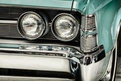 Retro gestileerd beeld van een voorzijde van een klassieke auto Stock Afbeeldingen