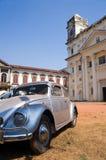 Retro-gestileerde auto dichtbij kerk van St. Cajetan Stock Foto