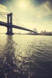 Retro gestileerde Brug van Manhattan tegen zon, NYC, de V.S. royalty-vrije stock foto