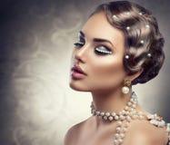 Retro Gestileerde Make-up met Parels stock afbeeldingen