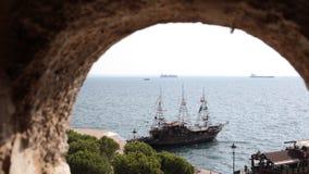 Retro gestileerde reisschepen in Thessaloniki, Griekenland stock video