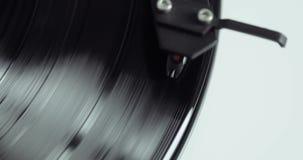 Retro-gestileerde spinnende verslag vinylspeler, close-upmening stock video
