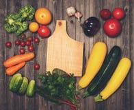Retro gestileerde uitstekende voedselachtergrond Verse groenten en ingre Stock Fotografie