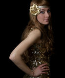 Retro-gestileerde vrouw in gouden kleding royalty-vrije stock afbeelding