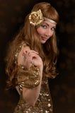 Retro-gestileerde vrouw in gouden kleding royalty-vrije stock afbeeldingen
