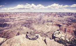 Retro- getonte wandernde Schuhe auf einem Felsen durch großartige Canon Lizenzfreies Stockfoto