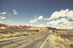 Retro- getontes Bild einer szenischen Straße, Reisekonzept, USA Lizenzfreies Stockfoto