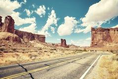 Retro- getontes Bild einer szenischen Straße, Reisekonzept, USA Stockfoto