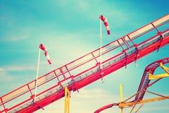 Retro- getontes Bild von Achterbahnschienen Stockfotografie