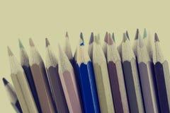 Retro- getontes Bild von farbigen Bleistiftzeichenstiften Stockfotos
