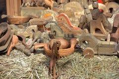 Retro giocattoli scolpiti di legno da vendere alla fiera immagini stock libere da diritti