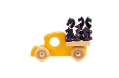 Retro giocattolo di legno dell'automobile con il gruppo di scacchi del cavallo isolato su bianco Fotografia Stock Libera da Diritti