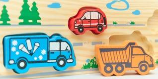 Retro giocattolo di legno della macchina da scrivere su un fondo leggero gruppo di automobili con spazio vuoto Primo piano Giocat immagini stock libere da diritti