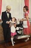 Retro giornale disegnato della lettura della famiglia Fotografia Stock